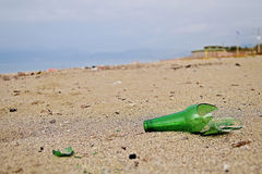 Bouteille cassée sur la plage Image stock