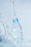 Bouteille d'éclaboussure d'eau potable  Photos libres de droits