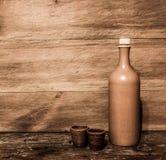 Bouteille d'argile et tasses d'argile Photographie stock libre de droits