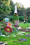 Bouteille d'arrangement floral de champagne image stock