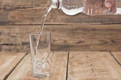 Bouteille d'eau avec la glace Photos stock