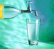 Bouteille d'eau avec la glace de prise et d'eau Image stock