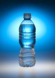 Bouteille d'eau bleue Photo stock