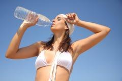 Bouteille d'eau de femme Photographie stock libre de droits
