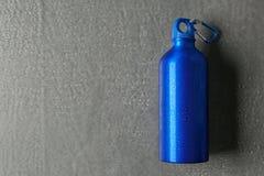 Bouteille d'eau en aluminium de sports sur le fond gris images stock