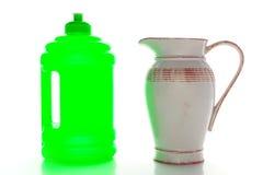 Bouteille d'eau en plastique neuve et vieux pichet en céramique Image libre de droits