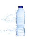 Bouteille d'eau en plastique non-ouverte avec l'éclaboussure de l'eau Photo libre de droits