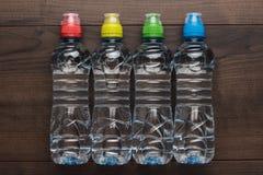 Bouteille d'eau en plastique sur la table Photos libres de droits