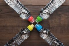 Bouteille d'eau en plastique sur la table Photographie stock