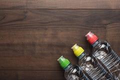 Bouteille d'eau en plastique sur la table Image stock