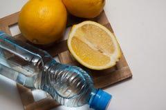Bouteille d'eau et citrons Image stock