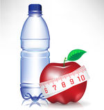 Bouteille d'eau et pomme avec le measu Photographie stock libre de droits
