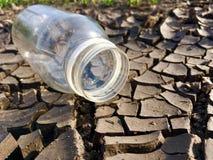 Bouteille d'eau sur la terre photo stock