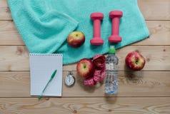 bouteille d'haltères de fruit et de bloc-notes de bande de mesure de l'eau Photographie stock libre de droits