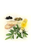 Bouteille d'huile d'olive avec les olives et la branche Images stock