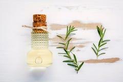 Bouteille d'huile d'olive vierge supplémentaire avec le romarin Brins de rosema photo libre de droits