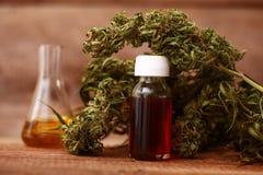Bouteille d'huile de CBD et cannabis de produits de chanvre image stock