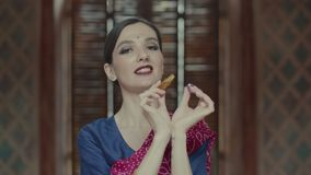 Bouteille d'ouverture de femme et parfum indous d'application banque de vidéos