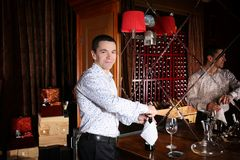 Bouteille d'ouverture d'homme de vin Image stock