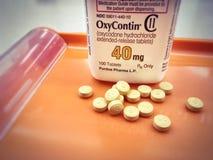 Bouteille d'Oxycodone sur le plateau de pharmacie avec des comprimés versés  Photographie stock