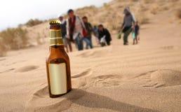 Bouteille dans le désert photographie stock libre de droits