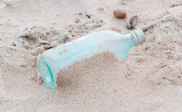 Bouteille dans le sable photos libres de droits