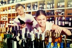 Bouteille de achat de couples de vin images libres de droits