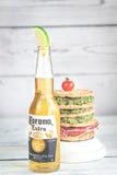 Bouteille de bière de couronne avec le sandwich à pain croustillant photographie stock libre de droits