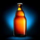 Bouteille de bière ou de cidre d'isolement sur le fond bleu-foncé Photo libre de droits