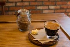 Bouteille de café et de sucre roux avec les biscuits sablés thaïlandais Image libre de droits