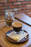 Bouteille de café et de sucre roux avec les biscuits sablés thaïlandais Photo libre de droits