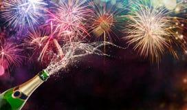 Bouteille de champagne au-dessus de fond de feux d'artifice Images libres de droits