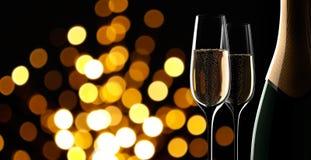 Bouteille de champagne avec deux glaces illustration stock