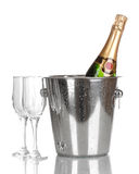 Bouteille de champagne dans la position et des gobelets Photographie stock