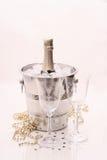 Bouteille de Champagne dans le refroidisseur, deux verres de champagne Photographie stock libre de droits