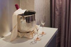 Bouteille de Champagne dans le seau à glace Photos stock