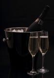 Bouteille de champagne dans le seau, deux verres Photographie stock libre de droits