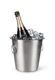 Bouteille de Champagne dans un seau avec de la glace photo libre de droits