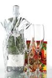 Bouteille de champagne, de deux glaces et de petit cadeau Photo stock