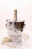 Bouteille de Champagne en refroidisseur et deux verres de champagne, deco Image libre de droits
