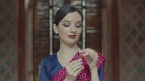 Bouteille de charme d'ouverture de femme de parfum d'huile banque de vidéos
