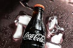 Bouteille de coca-cola sur le fond noir photo stock