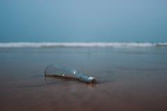 Bouteille de dérive sur la plage Photographie stock