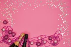 Bouteille de deux Champagne avec des ornements de Noël sur le fond rose images libres de droits