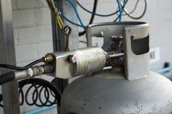Bouteille de gaz remplissante de lpg Images libres de droits