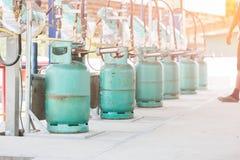 Bouteille de gaz remplissante de lpg Photos libres de droits