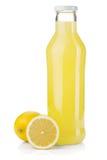 Bouteille de jus de citron et de citrons frais Photos stock