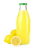 Bouteille de jus de citron et de citrons frais Photographie stock