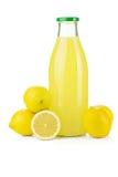Bouteille de jus de citron et de citrons frais Photographie stock libre de droits
