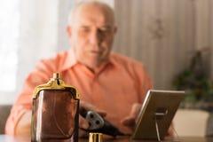 Bouteille de lotion après-rasage en Front Old Bald Man Photos stock